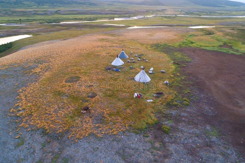 Widok od wzrosta na ugodzie koczowników reniferowi rozpłodniki w dolinie Longotjyogan Rzeczna powietrzna fotografia Yamal zdjęcie stock