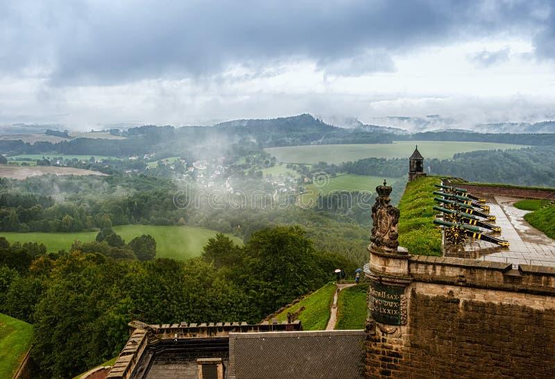 Widok od wzrosta niemiec k nigstein forteca w dżdżystej i mgłowej pogodzie zdjęcia royalty free