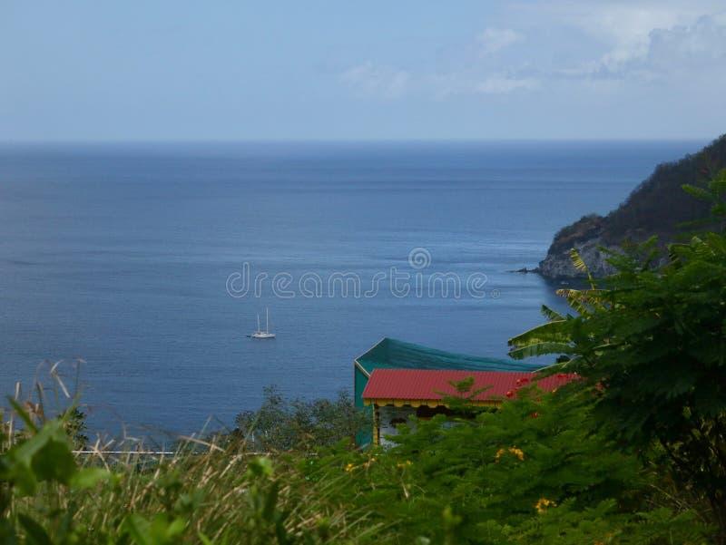 Widok Od zbocza morze karaibskie i łódź zdjęcia royalty free