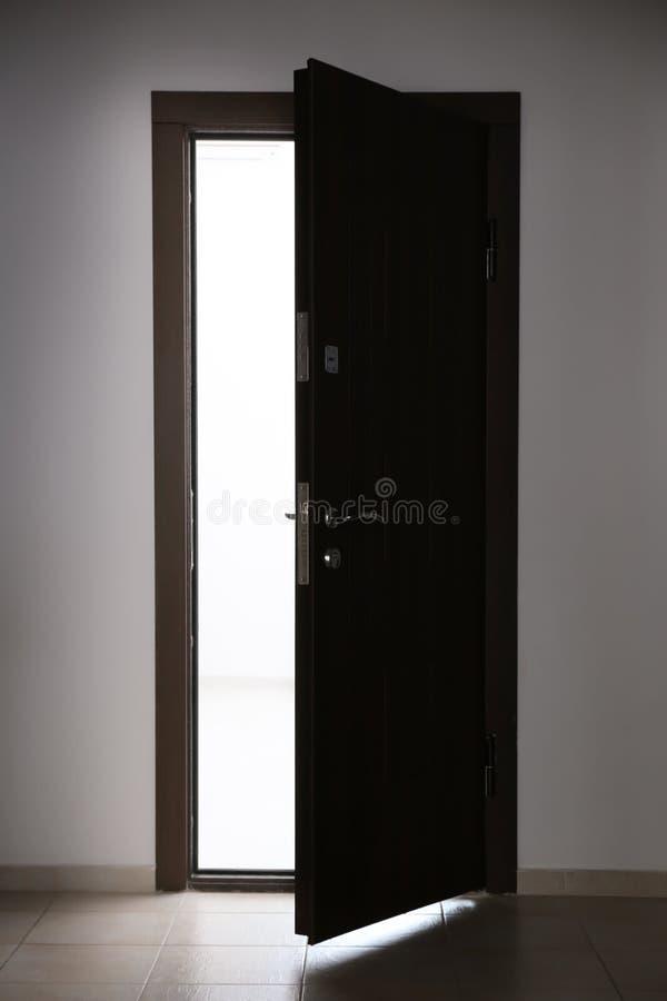 Widok odchylony drewniany drzwi obrazy royalty free