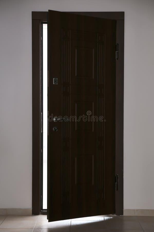 Widok odchylony drewniany drzwi obraz royalty free