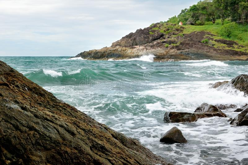 Widok opustoszała skalista linia brzegowa i turkusowy tropikalny burzy morze z kipielą na tropikalnej Koh Chang wyspie w Tajlandi obrazy stock