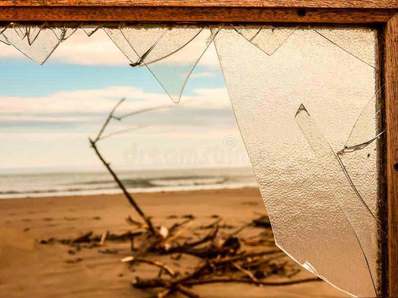 Widok opustoszały zanieczyszczający teren przez łamanego okno T obraz stock