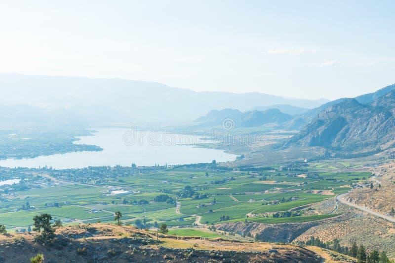 Widok Osoyoos i Osoyoos jezioro od anarchista góry w lecie obrazy royalty free