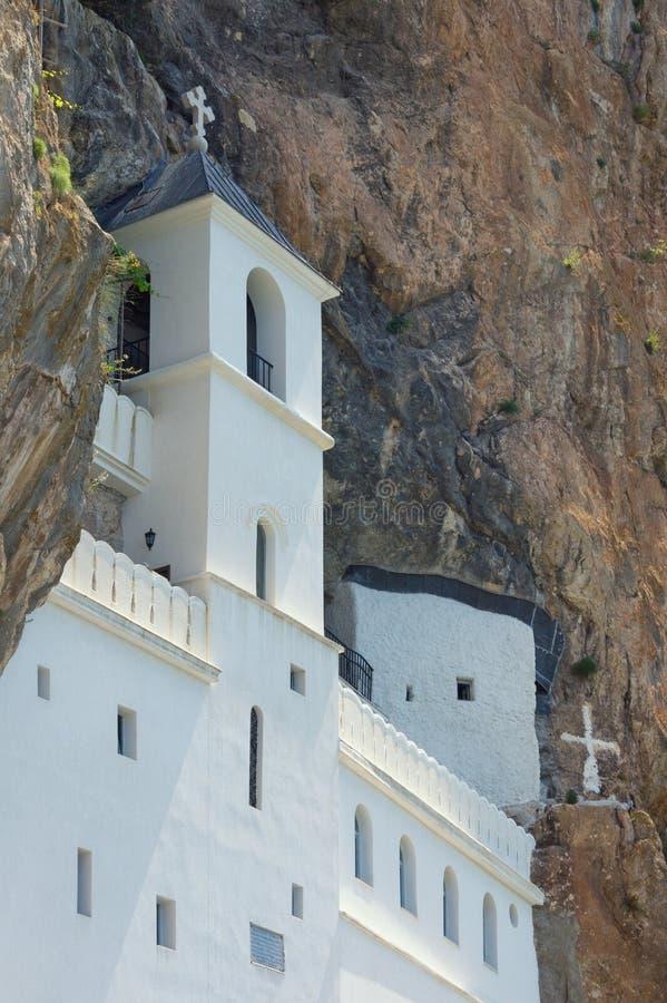 Widok Ostroga monaster, lokalizować w prawie pionowo skale Montenegro obraz stock
