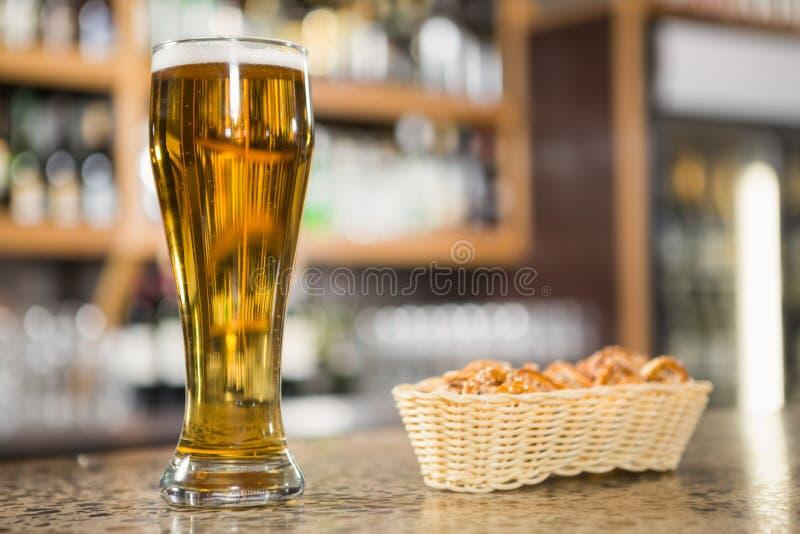 Widok pół kwarty piwo i precle zdjęcia royalty free