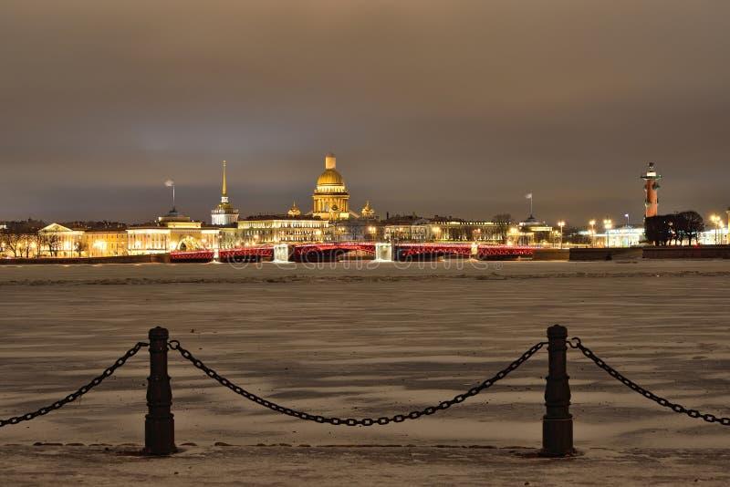 Widok pałac most, świętego Isaac katedra od fortecznej zimy nocy w świętym Petersburg fotografia stock
