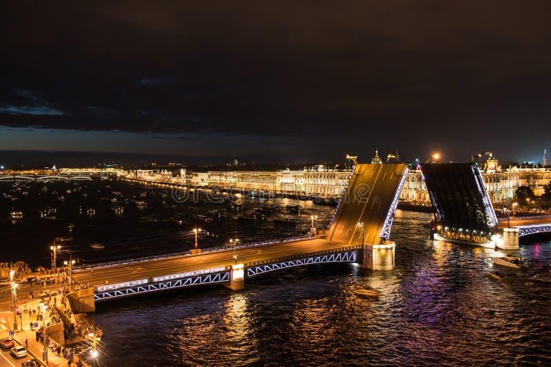 Widok pałac most w St Petersburg zdjęcia stock