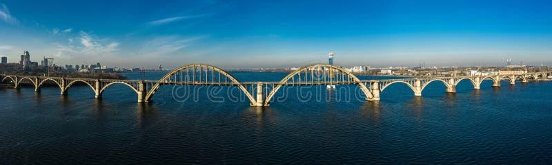 Widok panoramiczny z lotu ptaka na starym moście kolejowym Merefo-Kherson przez Dniepr w Dniepropietrowsku, Ukraina obraz royalty free