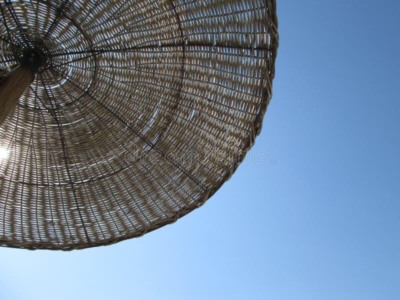 Widok parasol i niebo fotografia stock