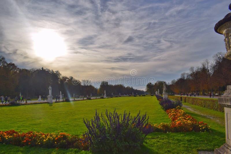 Widok park w Nymphenburg kasztelu w jesieni obraz royalty free
