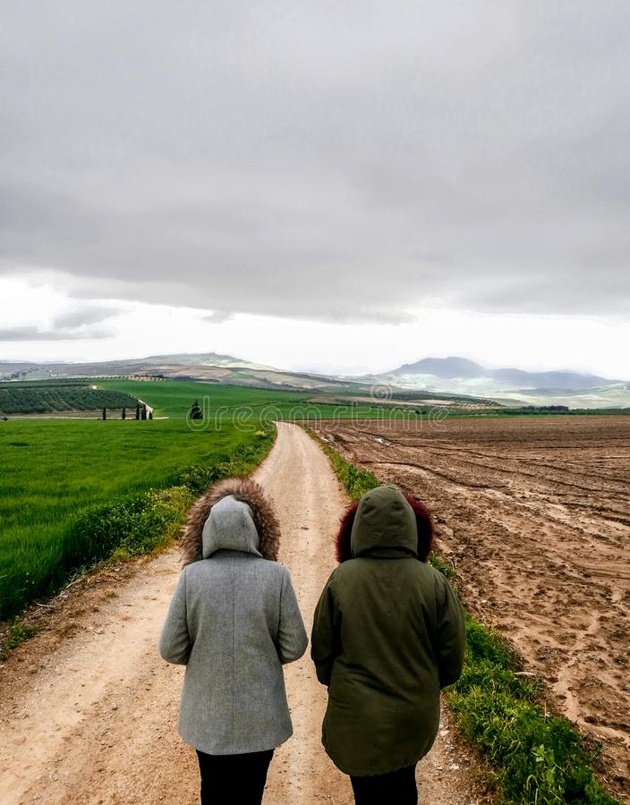 Widok pary odprowadzenie na drodze gruntowej w pięknym parkland fotografia royalty free