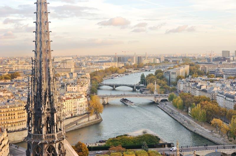 Widok Paryski linia horyzontu, wonton rzeka i mosty widzieć z wierzchu Notre Damae katedry, obrazy stock