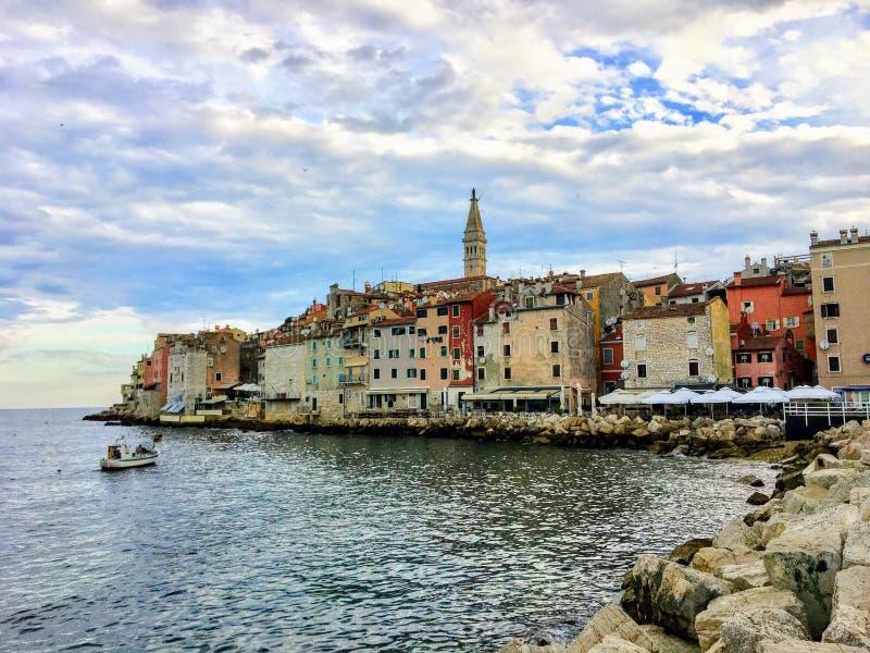 Widok pejzaż miejski Rovinj, Chorwacja wzdłuż nabrzeża podczas spokojnego lato ranku obrazy stock