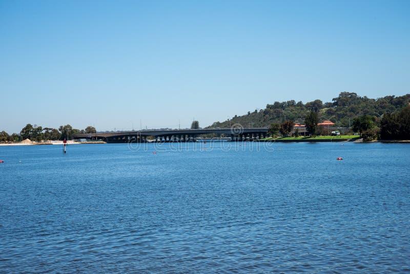 Widok Perth miasta most przez Łabędzią rzekę od Perth CBD zdjęcia stock