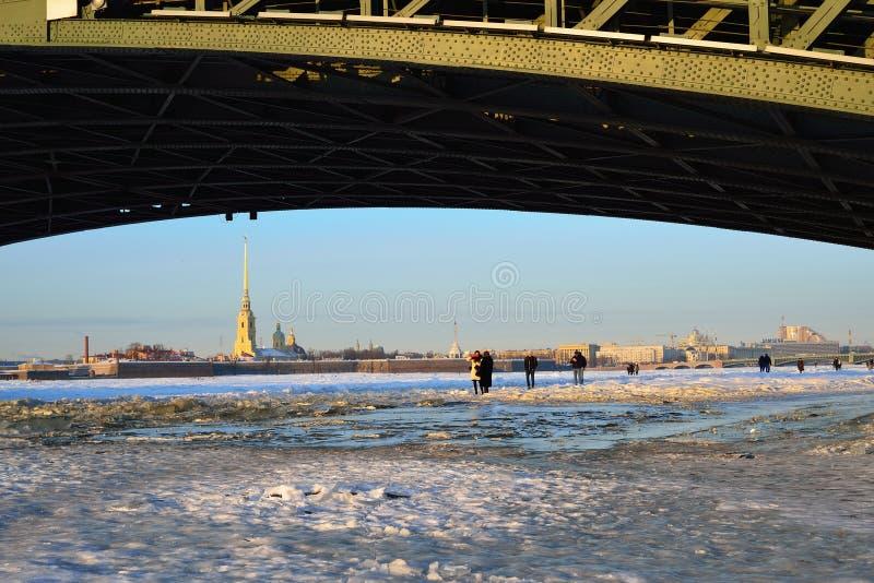 Widok Peter i Paul forteca od lodu Neva riv fotografia stock