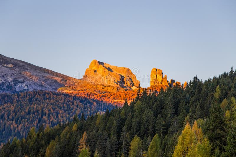 Widok Pięć Góruje szczyty Cinque Torri przy wschodem słońca od Falzarego przepustki w jesień krajobrazie w dolomitach, Włochy fotografia royalty free