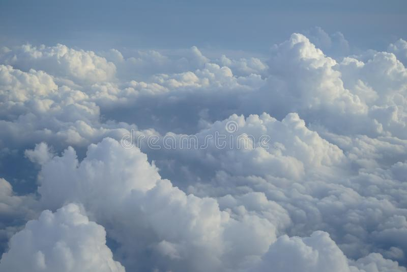 Widok piękna bezpłatnej formy bielu chmura na wyobraźnię z cieniami niebieskiego nieba tło od latanie samolotu okno jak fotografia stock