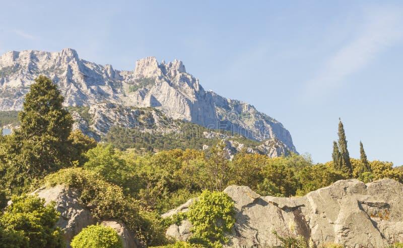 Widok piękna góra St Peter i otaczający lasy Południowy coastCrimea fotografia royalty free