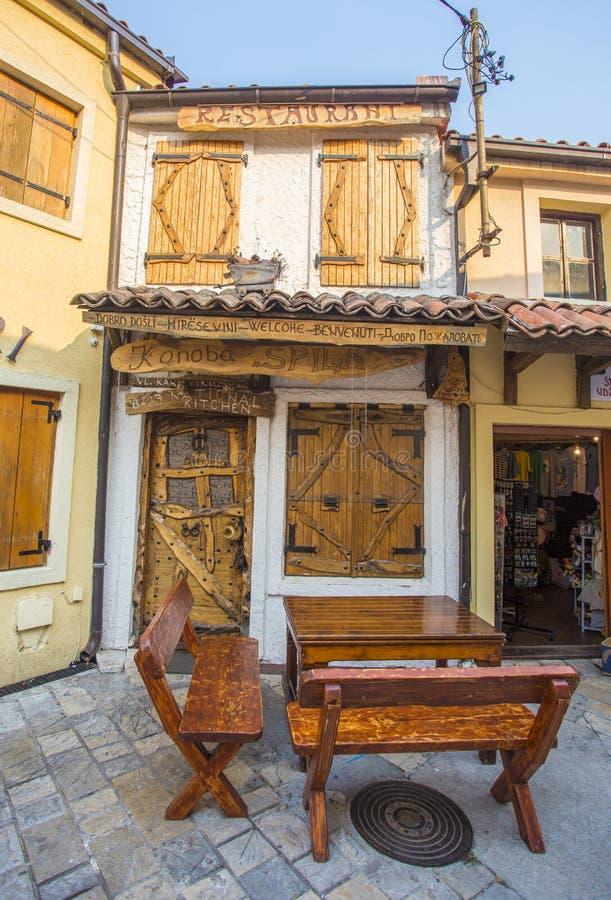 Widok piękna powierzchowność dom i dzwi wejściowy w starym miasteczku bar zdjęcie royalty free