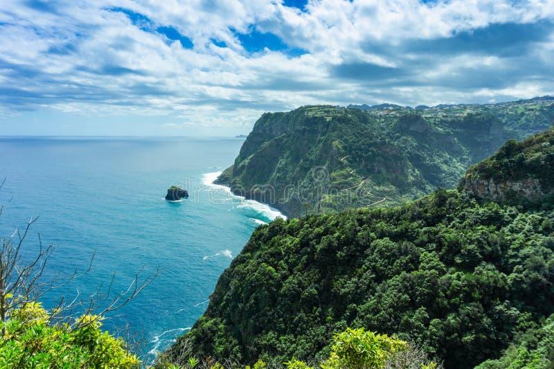Widok pi?kne g?ry i ocean na p??nocnym wybrze?u, madera, Portugalia zdjęcie royalty free