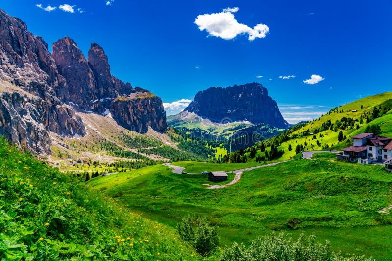 Widok piękni dolomity przy Gardena przepustką zdjęcie stock
