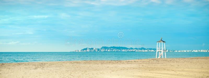 Widok piaskowata plaża dennego wybrzeża zmierzchu niebo, Durres, Albania sztandar obraz stock