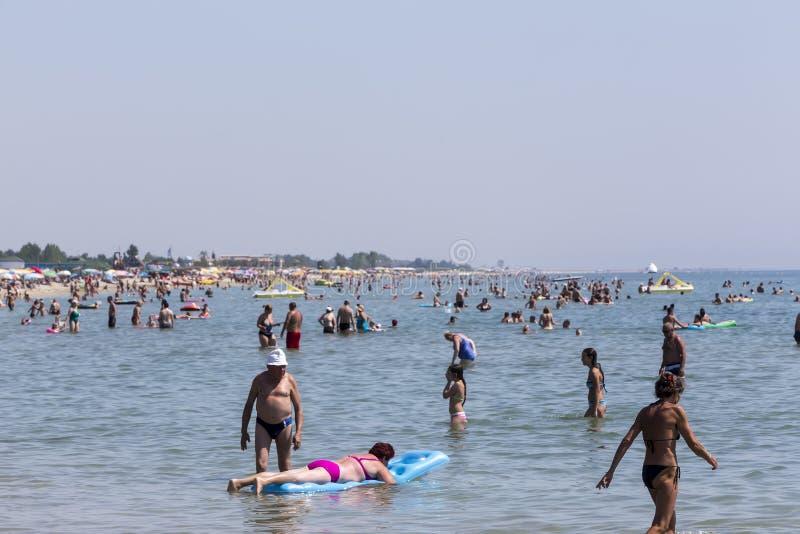 Widok plaża Katerini w Grecja Ludzie cieszą się świeżego zdjęcia stock