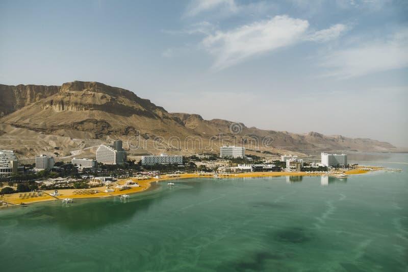 Widok plaża przy kurort wioską Ein Bokek zdjęcie royalty free