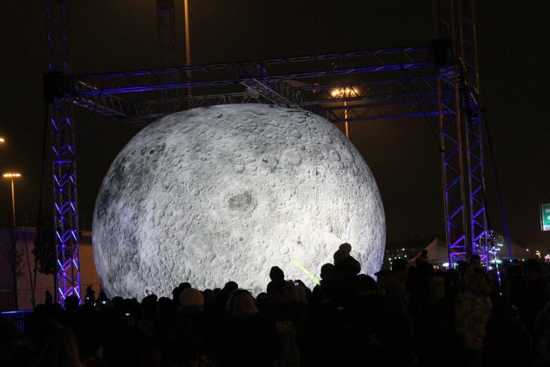 Widok planety księżyc robić papier-mâché na festiwalu światło w mieście St Pe, eksponujący w parku zdjęcie stock
