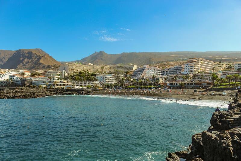 Widok Playa De Los angeles Arena i powulkaniczne góry na zachodnim wybrzeżu Tenerife wyspa z czarnymi piaska i lawy falezami przy zdjęcie stock