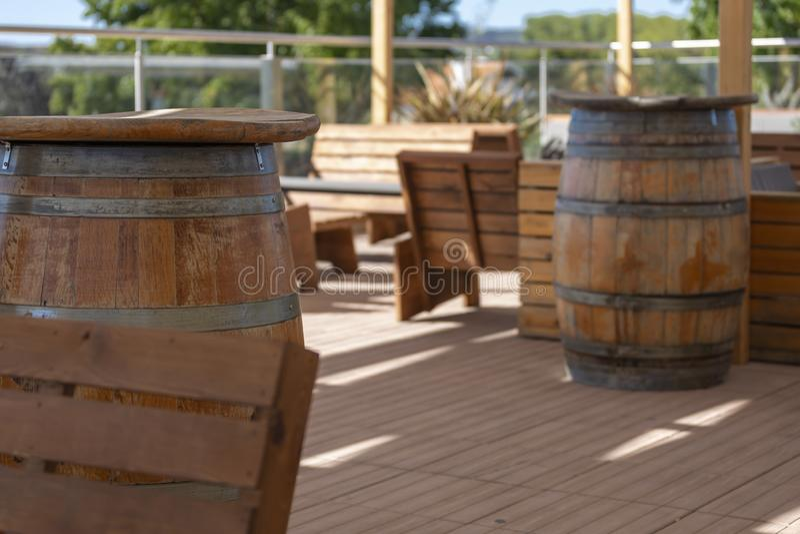 Widok plenerowy baru taras, nieociosany drewno, drewniane baryłki fotografia stock