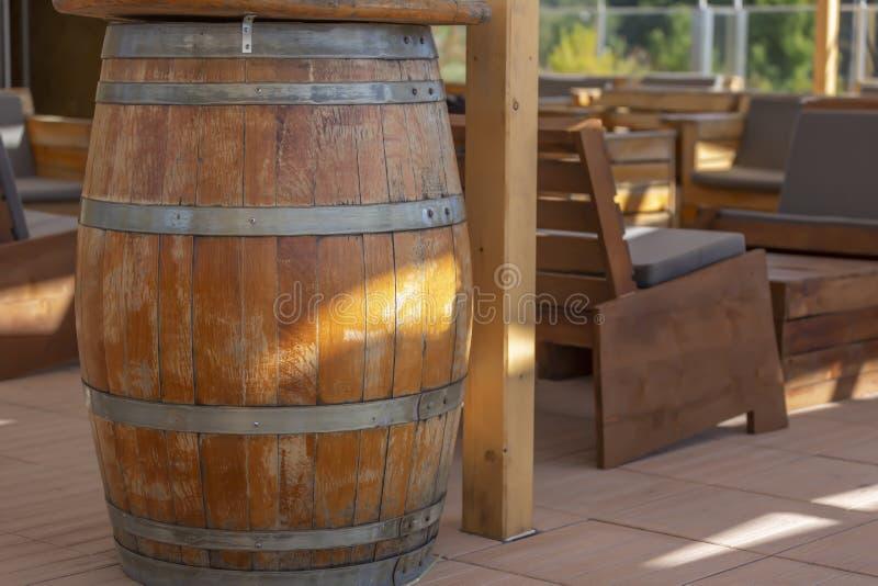 Widok plenerowy baru taras, nieociosany drewno, drewniane baryłki obrazy royalty free