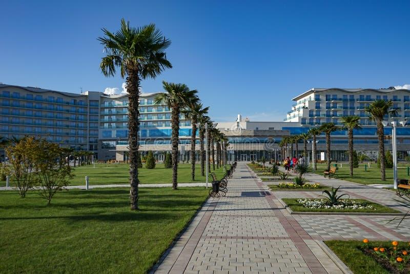 Widok plenerowy pływacki basen z jasną wodą w terytorium Sochi hotelu park zdjęcia royalty free