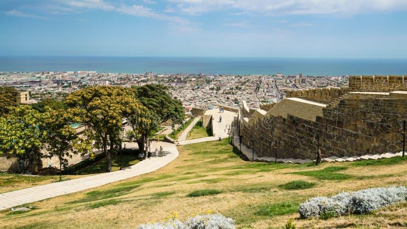 Widok południowa część Naryn-Kala fortecy ściana i miasto Derbent fotografia royalty free
