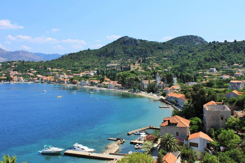 Widok połowu port i plaża z kawiarniami, łodzie, w wiosce Lopud, Lopud wyspa, jeden Elaphiti wyspy, widok f zdjęcie stock