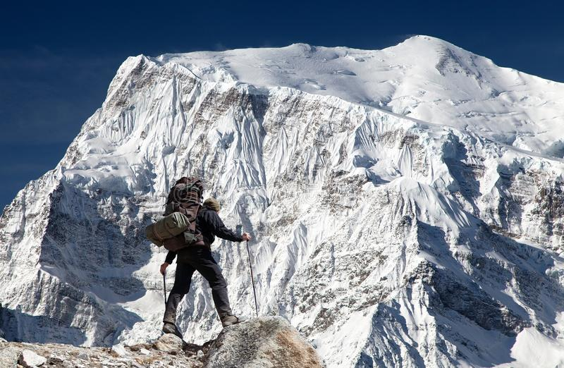 Widok południe skały twarz góra Annapurna 3 i wycieczkowicz zdjęcie royalty free