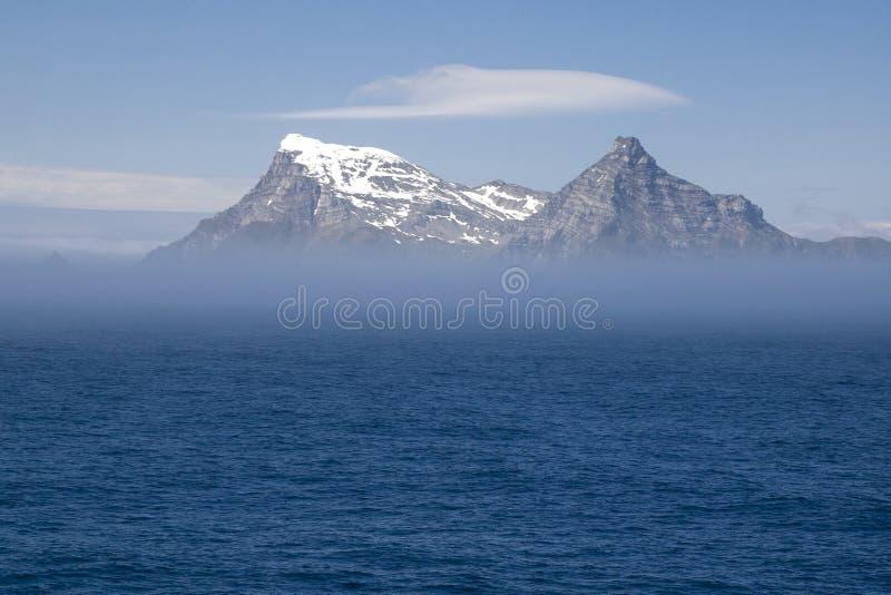 Widok Po?udniowego Gruzja wyspa od morza z mg?? zdjęcie royalty free