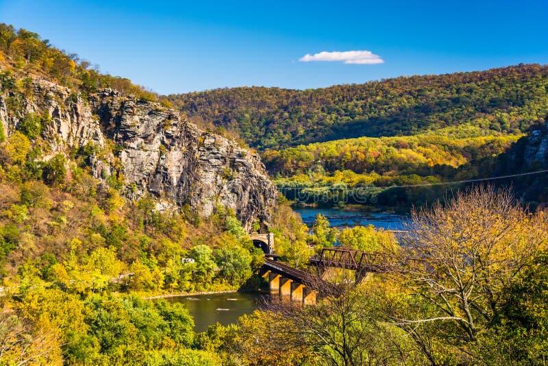 Widok pociągów mosty i Potomac rzeka w harfiarza promu, W obraz stock
