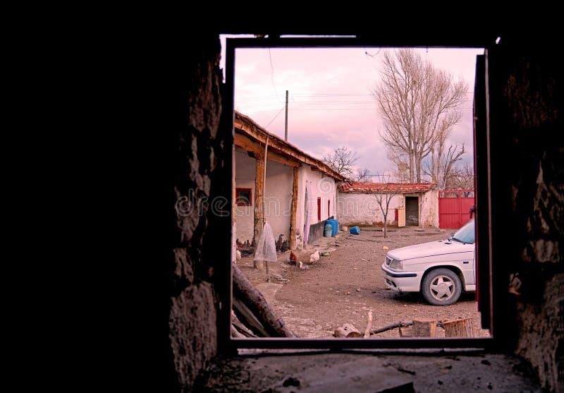 Widok podwórko stary dom na wsi przez okno zdjęcie stock