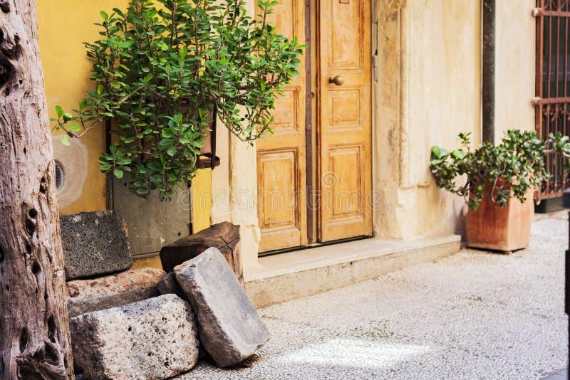 Widok podwórze dom antyczny budynek w Catania, Sicily, Włochy, tradycyjna architektura obrazy stock