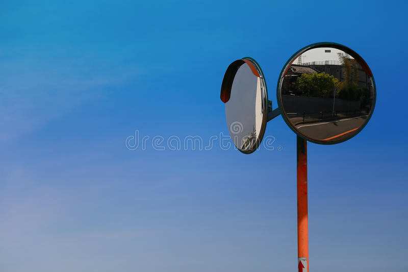 Widok pogodny niebieskie niebo i wyginający się lustro fotografia stock