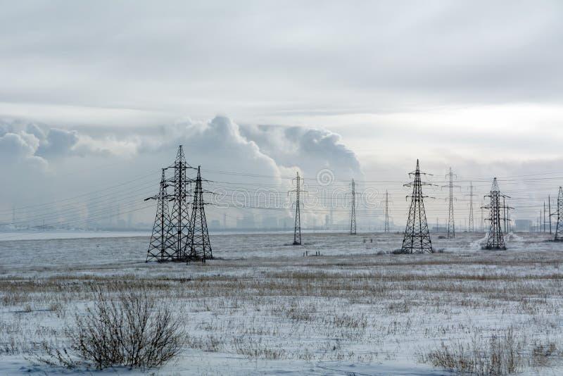 Widok pole i linie energetyczne miasto Orsk zdjęcia stock