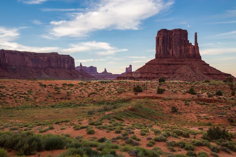 Widok Pomnikowa dolina przy półmrokiem, Utah, usa obraz stock