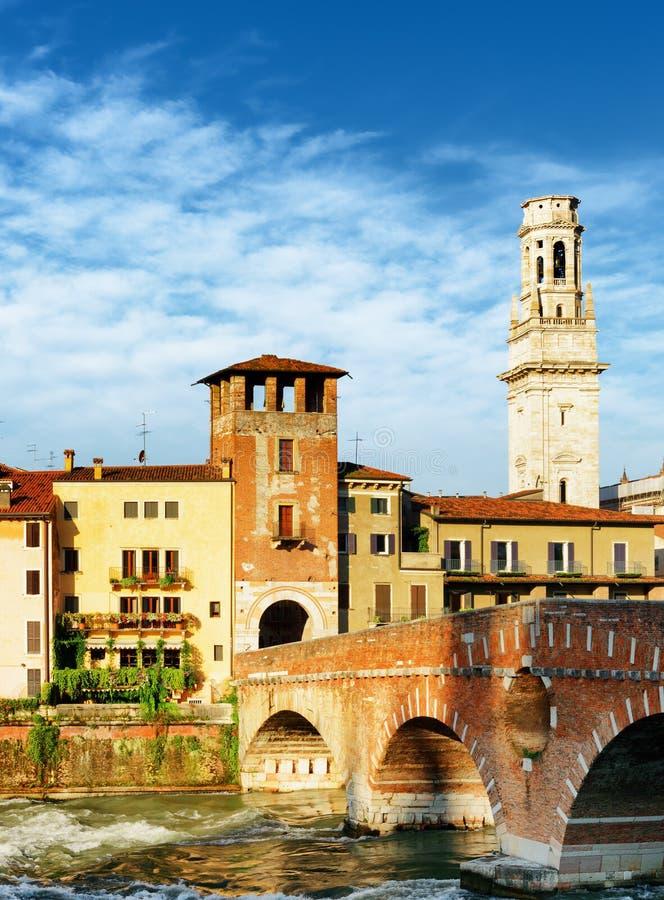 Widok Ponte Pietra i dzwonkowy Verona katedra wierza obrazy stock