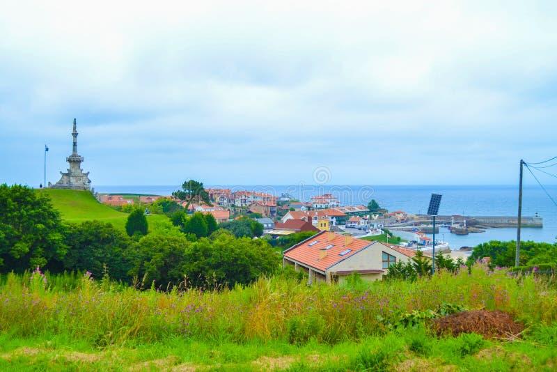 Widok port Comillas i Guell y Martos park z zabytkiem, obraz stock