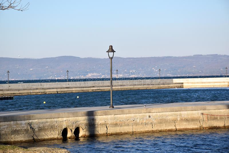 Widok port z oświetleniowym słupem zdjęcia stock