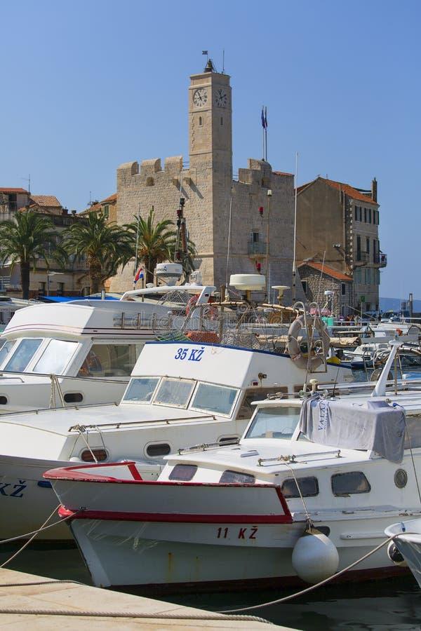 Widok portu na Morzu Adriatyckim, łodziach z nutami i starych cytadelach, wyspie Vis, Komiza, Chorwacja fotografia stock