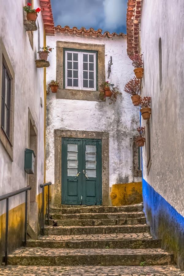 """Widok Portugalscy potoczni budynki na średniowiecznej wiosce wśrodku Luso rzymianina kasztelu à i fortecy """"bidos, w Portugalia zdjęcie stock"""