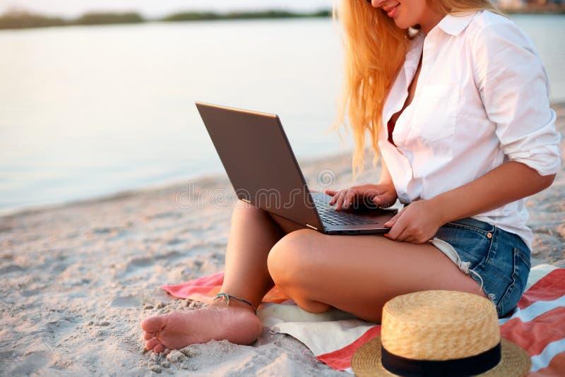 widok pracuje z laptopem na dennym brzeg autentyczna kobieta Freelancer dziewczyny telecommuting z drużyną na tropikalnym zdjęcia stock